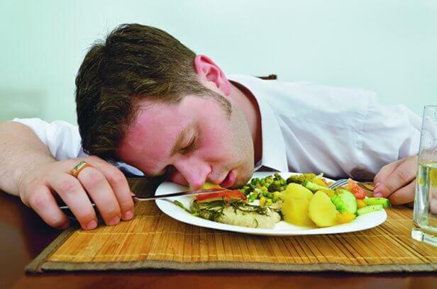 Γιατί νυστάζουμε μετά από ένα μεγάλο γεύμα;